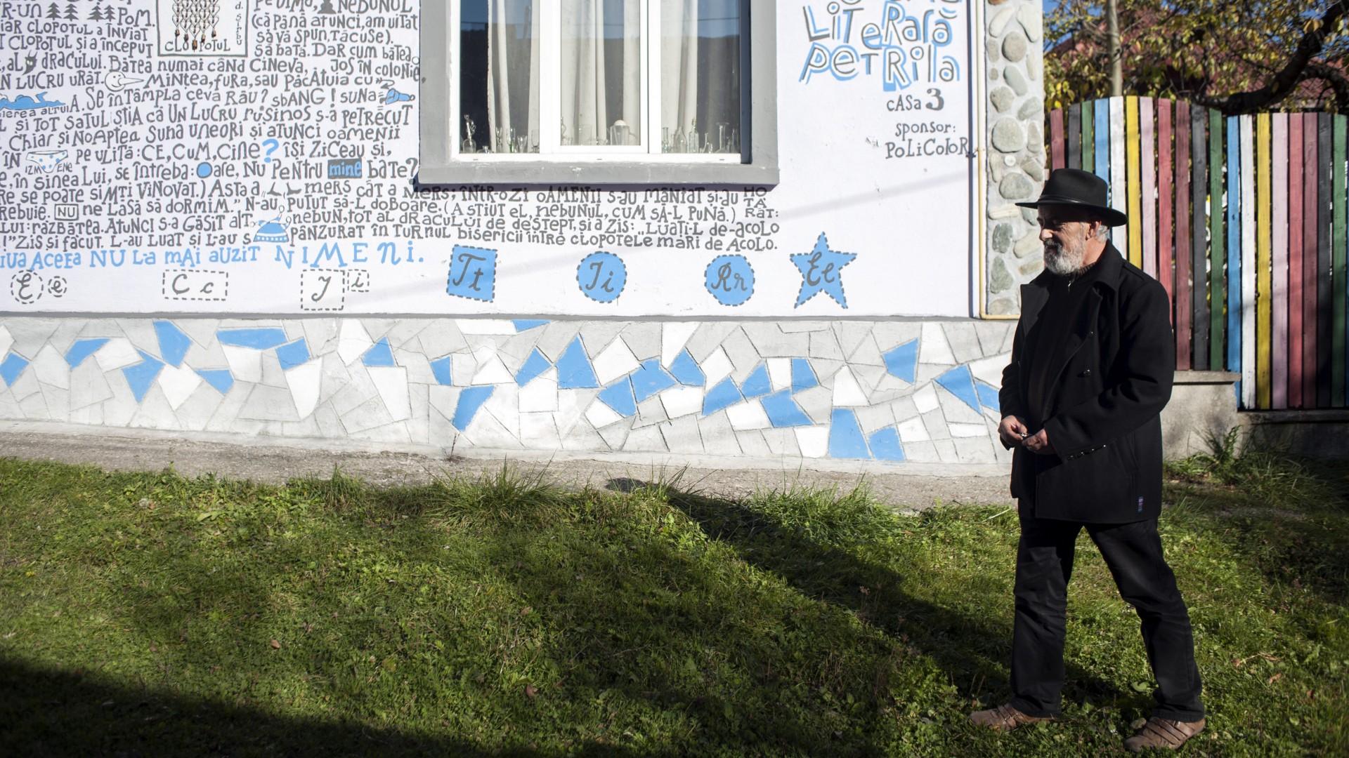 O poveste de I.D. Sârbu pe unul dintre pereții casei lui Barbu FOTO (c) Raul Ștef