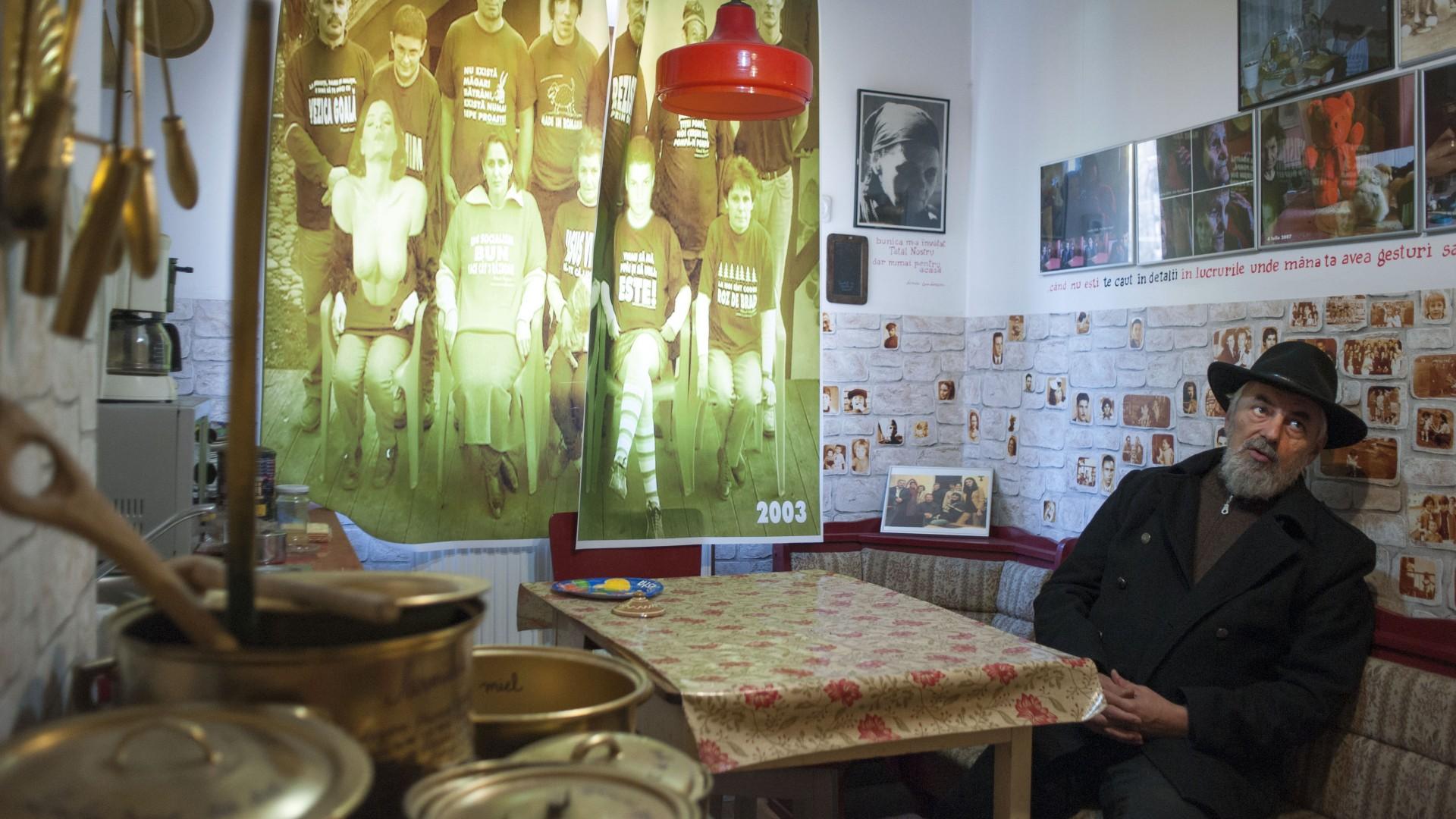 Fotografie făcută perdea în care apare și tatăl lui Ion Barbu