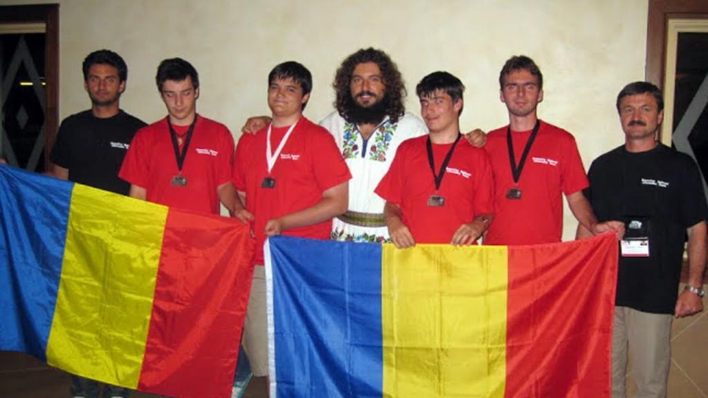 Mihai Pătrașcu, alături de elevi olimpici.