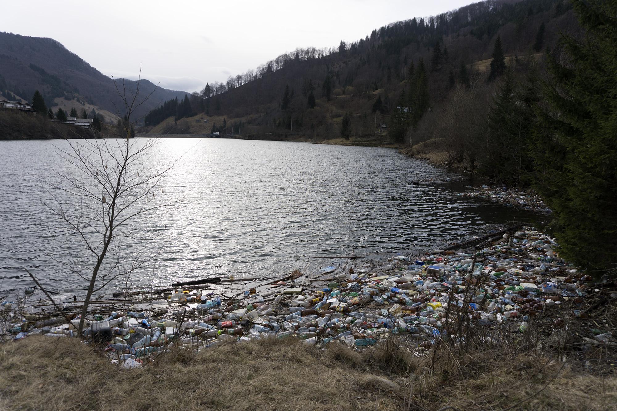 Un mic baraj pe Valea Dâmboviței, din Parcul Național Piatra Craiului, în dreptul localității Sătic. Foto: Raul Ștef